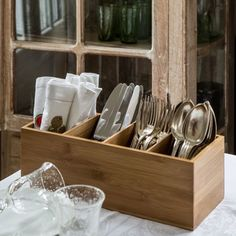 Range couverts vertical en bambou - ON RANGE TOUT Wooden Utensil Holder, Old Door Decor, Dish Organization, Dining Booth, Wooden Containers, Unique House Design, Table Design, Best Kitchen Designs, Woodworking Plans