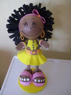 Boneca confeccionada em e.v.a, com aproximadamente 23 cm de altura, ideal para decoração de quarto infantil e decoração de festas. R$ 25,00