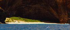 Восхищающая красота изолированной природы пляжа Хонопу на острове Кауаи
