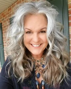Grey Curly Hair, Silver Grey Hair, Short Grey Hair, Curly Hair Styles, Grey Hair Transformation, Hollywood Curls, Grey Hair Inspiration, Bleached Hair, Cool Hairstyles