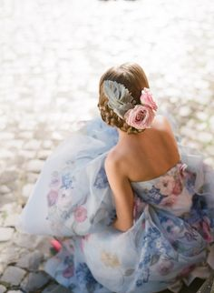 Fabulous floral wedding gown perfect for your soft feminine wedding style. Fabulous floral wedding gown perfect for your soft feminine wedding style. Printed Wedding Dress, Floral Wedding Dresses, Wedding Colors, Printed Gowns, Bridesmaid Dresses, Strapless Dress Hairstyles, Rose Quartz Serenity, Illustration Mode, Wedding Trends