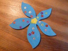 Frühlingsblumen aus Holz: Mehr dazu. http://www.dieangelones.ch/2014/04/fruhlingsdeko-bunte-holzblumen-furs-fenster/