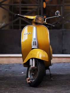 Looooove the colour, Giallo Positano. Holland Vespa Tours V50 has one in the same colour!