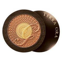A powder that reinterprets the jewelled chains worn by modern vestal goddesses. A sun-kissed design in a soft and light compact powder texture. Two complementary shades that reproduce light and shadow effects to sculpt the face and décolleté. A mother-of-pearl golden white at the centre to illuminate the curved areas of the face and décolleté and accentuate areas of relief: the cheekbones, brow bones, bridge of the nose, top of the chin, shoulders and décolleté. A matte Beige that is per...