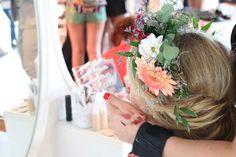 Lockere Hochsteckfrisur an einer Braut von Foreverly auf der GLOSSYCON 2016