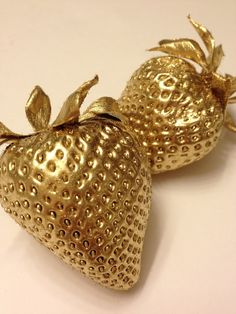 GOLD Strawberries -- I had a little nut tree, Nothing would it bear. But a silver nutmeg. And a golden pear .and maybe some golden strawberries ? Bild Gold, Tapete Gold, I Love Gold, Gold Everything, Or Noir, Gold Aesthetic, Color Dorado, Bronze, Shades Of Gold