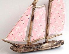 Driftwood sailboat driftwood sailing boat by DriftingDowntime Diy Arts And Crafts, Handmade Crafts, Fun Crafts, Driftwood Projects, Driftwood Art, Seashell Art, Wood Creations, Beach Crafts, Shell Crafts