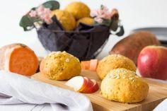 Süßkartoffelbrötchen mit Apfel & Haferflocken ⋆ Lieblingszwei * Mama- & Foodblog Pretzel Bites, Rolled Oats, Healthy Travel Snacks, Breakfast Healthy, Play Dough, Apple, Bread