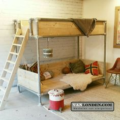 Hoogslaper met relax-plateau van steigerhout en steigerbuizen www.vanlonden.com Basement Bedrooms, Kidsroom, Bunk Beds, Relax, House, Furniture, Design, Home Decor, Industrial Furniture