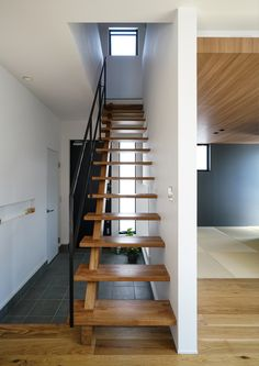 MSY-house 小さな中庭の家   アドヴァンスアーキテクツ Entry Stairs, Wooden Stairs, House Entrance, Small House Design, Japanese House, Creative Decor, Home Decor Inspiration, Building A House, Cool Beds