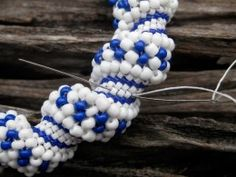 How to make a Cellini spiral- seed beading. http://suzanneday.hubpages.com/hub/Cellini-Spiral-Bracelet-Pattern