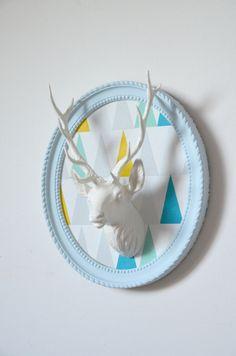 trophée de cerf, blanc sur fond triangles, cadre ovale bleu taxidermie de la boutique atelierdelachoisille sur Etsy