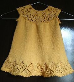 Discover thousands of images about ficou Baby Knitting Patterns, Knitting For Kids, Baby Patterns, Knit Baby Dress, Knitted Baby Cardigan, Crochet Baby Clothes, Baby Sweaters, Little Girl Dresses, Knit Crochet