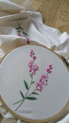 Hand Embroidery Projects, Hand Embroidery Videos, Floral Embroidery Patterns, Hand Embroidery Flowers, Embroidery Motifs, Simple Embroidery, Japanese Embroidery, Hand Embroidery Designs, Ribbon Embroidery