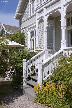 Bilderesultat for husfarge antikkgrå 1973 Nordic Style, Mansions, House Styles, Outdoor, Home Decor, Summer, Diy, Mansion Houses, Outdoors