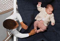 """Hangloose Baby Boxkleed / Heather grey. -> Hangloose Baby is een multifunctioneel en duurzaam boxkleed dat door een innovatieve oplossing ook zwevend gebruikt kan worden. Een boxkleed en babyhangmat in één. Ontwikkeld door vijf Haagse vaders. Winnaar van de """"Baby innovation award"""" en """"Consumer award 2016"""" #boxkleed #babybox #speelkleed #babyshower #babykamer #zwanger #interieur #design #award #hangmat #hammock #baby #babyhangmat #playpenmat #playpenrug #dutchdesign #madebydaddies"""