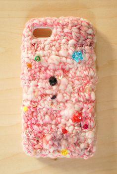 出品中のお姫様のリボン(ピンク)を使って編んだニットのiPhoneケースです。ビンテージビーズやスワロフスキ、天然石、パール、スパンコールなどがランダムに出て...|ハンドメイド、手作り、手仕事品の通販・販売・購入ならCreema。