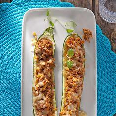 Jauhelihatäytteiset kesäkurpitsat ovat alkusyksyn herkkuruokaa. Nämä kesäkurpitsat täytetään jauhelihalla ja kuorrutetaan juustolla. Suosittelemme! Finnish Recipes, Salty Foods, My Cookbook, Vegetable Recipes, Bon Appetit, Food Hacks, I Foods, Food Inspiration, Zucchini