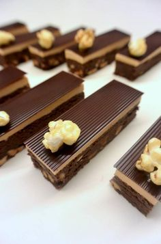 Brownie base topped with a caramel chantilly cream & chocolate garnished with caramel popcorn Elegant Desserts, Fancy Desserts, Gourmet Desserts, Fancy Cakes, Mini Cakes, Delicious Desserts, Chocolate Garnishes, Food Garnishes, Chocolate Desserts