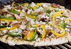 Grilled pizza is a fun, easy, and healthy way to spice up your family's dinner! Learn the basics to grilling a pizza and discover which grilled pizza recipe is right for your family. Flatbread Pizza, Grilled Flatbread, Pizza Sans Levain, Pain Pizza, Cooking On The Grill, Slow Cooking, Pizza Recipes, Lunch Recipes, Summer Recipes
