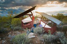 Estudantes da Escola Taliesin West criam abrigo temporário no deserto do Arizona