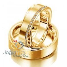 Satu lagi koleksi cincin kawin cantik kami hadirkan ke hadapan anda dalam seri Cincin Kawin Saufa. Berkat tangan terampil perajin cincin perak Kotagede, bahan perak 925 diubah menjadi cincin nan elegan. Lapis rhodium warna emas yang dipadu dengan desain yang sederhana memberikan kesan mewah klasik.