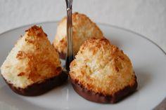 Saras madunivers: Saftige Kokosmakroner med hele æg og chokoladebund.