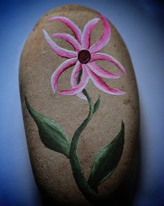 Painted rocks have become one of the most addictive crafts for kids and adults! Want to start painting rocks? Lets Check out these 10 best painted rock ideas below. Pebble Painting, Pebble Art, Stone Painting, Diy Painting, Painted Rocks Craft, Hand Painted Rocks, Painted Stones, Rock Painting Ideas Easy, Rock Painting Designs