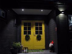 Tänk på att ett riktigt bra funktionsljus vid entrén skapar trygghet och en välkomnade känsla. Viktigt att ingen bländning av ljuskälla finns...Rätt ljus på rätt plats!