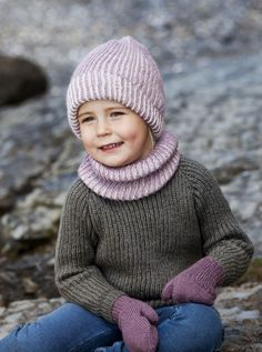 Har du sett at det har kommet en helt ny bok med strikk til barnehagebarn, fra Tove Fevang? Vi er så heldige å ha fått lov til å dele denne oppskriften i fra boken med Tusen ideers lesere. Settet er strikket i supermyk silkealpakka.