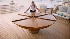 Table à manger ronde, extensible, que l'on peut agrandir simplement en la tournant dans un sens, et rétrécir dans l'autre sens. Une super idée déco pour les petits espaces. Le principe est très simple et la table double presque de volume lorsqu'on cherche à l'étendre d'un geste très simple