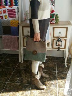 왕단추 클러치백^^ : 네이버 블로그 Crochet Wallet, Crochet Clutch, Chunky Crochet, Diy Crochet, Crochet Bags, Knitting Patterns, Crochet Patterns, Lace Bag, Knitted Bags