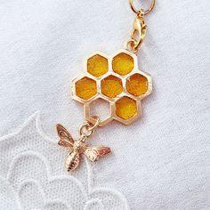 ハニカムとミツバチのストラップ