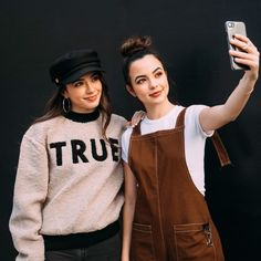 sister selfie 📸 in our new holiday collection Merrell Twins Instagram, These Girls, Cute Girls, Merrill Twins, Veronica And Vanessa, Veronica Merrell, Vanessa Merrell, Sisters Goals, Sister Photos