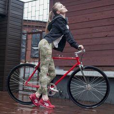 bikes-bridges-beer: #artplay #fixiegirl #fixie #bikegirls #bicycle #bodylanguage #velocity #bicyclelove #passions #velocult #велосипед ##велокаменная #citybike #bikelife #colorful #picoftheday #like4like Ph: aron cohen Md: @mari_svetlaya Bike: @mosgorbike #MazeCycles http://ift.tt/1WpuFB5