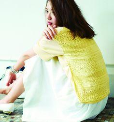 2way lace knit tee[aditional] ¥9,800 /Ramie lawn skirt[SACRA] ¥19,000 /2way tote bag[aditional] ¥22,000 /Wrap bracelet[CHAN LUU] ¥21,000 /Pumps*sample