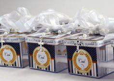 Lembrancinha de batizado: caixinhas acrílicas com terço.  Veja mais em: http://mamaepratica.com.br/2016/03/25/16-ideias-fofas-de-lembrancinhas-de-batizado