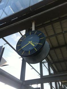 plus de 1000 id es propos de horloges industrielles wall clock sur pinterest horloge led. Black Bedroom Furniture Sets. Home Design Ideas