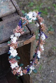 Corona de flores preservadas y secas con paniculata, lavanda, brunia y eucalipto