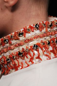 Detail Valentino haute couture: geborduurde kraag. Embroidery in fashion. Broderie d'art.