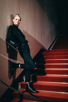 Das Model Jutta von Brunkau, hier in schmaler Hose, Boots und Seidenbluse, beweist, dass eine Karriere jenseits der Zwanziger nicht zu Ende sein muss.
