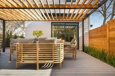 protection solaire avec une pergola et meubles en bois
