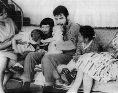 Che Guevara y familia. De izquierda a derecha: Aleida March, Camilo (h), Hilda (h), Che con Celia (h) en brazos, Aleida (h)