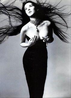 Isabelle Adjani by Richard Avedon; ses cheveux rappellent un peu tout feu, toute flamme (excellent)