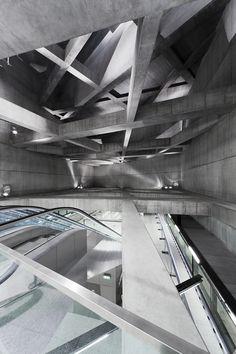 Construído pelo sporaarchitects na Budapest, Hungary na data 2014. Imagens do Tamás Bujnovszky. Essas duas estações de metrô são parte do atual projeto de infraestrutura mais importante em Budapeste, a linha de me...