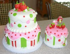 Strawberry Shortcake Birthday Cake and Cupcakes Pretty Cakes, Cute Cakes, Beautiful Cakes, Amazing Cakes, Strawberry Shortcake Birthday Cake, Strawberry Cakes, Super Torte, Fancy Cakes, Love Cake