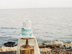 I'm 24 years old and I love weddings. Beach Wedding Locations, Lakeside Wedding, Nautical Wedding, Beach Weddings, Bohemian Weddings, Coastal Wedding Centerpieces, Watercolor Wedding Cake, Coastal Wedding Inspiration, Wedding Planer