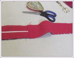 Étape I (ICI) Étape II (ICI) Placer les 2 bandes rouges 42 x 7 cm et à pois 42 x 7 cm (pour le fond), envers contre envers. Épingler cette bande à celle avec la fermeture à glissière, coudre seulement sur 1 côté. Repérer le milieu d'une face, épingler...