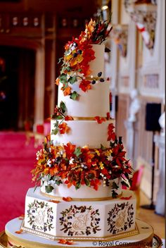 Princess Eugenie-Jack Brooksbank Royal Wedding Day at St. George's Princess Eugenie-Jack Brooksbank Royal Wedding Day at St. Royal Cakes, Card Box Wedding, Wedding Table, Wedding Day, Autum Wedding, Cool Wedding Cakes, Beautiful Wedding Cakes, Gorgeous Cakes, Princesa Eugenie