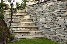 Vakker steintrapp kledd i granitt! Pynt opp ute i hagen eller gårdsplassen med fliser og blokker i granitt fra Ellingard Collection! Klikk for mer inspirasjon og info.